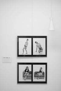 Vier Bilder der Ausstellung. Oben zwei Fotos eines stehenden Mannes in Unterwäsche. Unten zwei Fotos einer Frau, die in Unterwäsche auf einem Sofa sitzt.