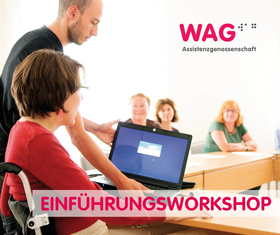 Eine Frau sitzt vor einem Laptop. Ein stehender Mann unterstützt sie beim Bedienen des Computers. Text: Einführungsworkshop + WAG-Logo