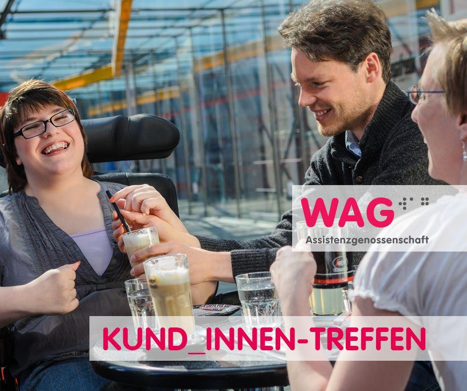 Eine Frau und ein Mann sitzen lachend an einem Tisch mit Getränken Der Mann reicht der Frau ein Glas mit Strohhalm. Schriftzug:Kund_innen Treffen + WAG-Logo