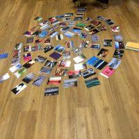 Fotos liegen im Kreis angeordnet am Boden.