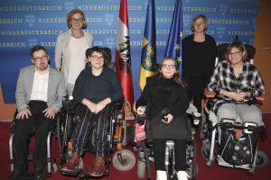 Gruppenfoto: 3 Rollstuhlfahrerinnen und 1 Rollstuhlfahrer, dahinter stehen 2 Frauen.