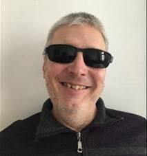 Lächelnder Mann mit schwarzer Brille