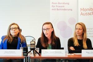 Drei Frauen sitzen nebeneinander an Tischen. Vor ihnen Namensschilder. Zwei sind zu lesen: Jasna Puskaric und Mag. Isabell Naronnig