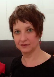 Frau mit kurzem Haar