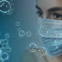 Skizziertes Gesicht mit Maske umgeben von Corona-Viren