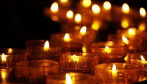 brennende Kerzen in der Dunkelheit.